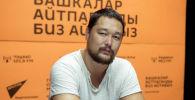 Дизайнер и музыкант Кадыр Батырканов во время беседы на радио Sputnik Кыргызстан