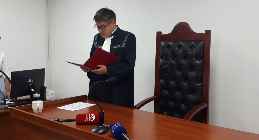 Судья зачитывает приговор по делу о возможном получении взятки в 520 тысяч долларов экс-заместителем министра транспорта Азимканом Жусубалиевым.