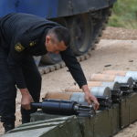 Военнослужащий подготавливает боеприпасы у танка Т-72Б3 команды армии Киргизии во время подготовки к международным соревнованиям Танковый биатлон-2019 на подмосковном полигоне Алабино.