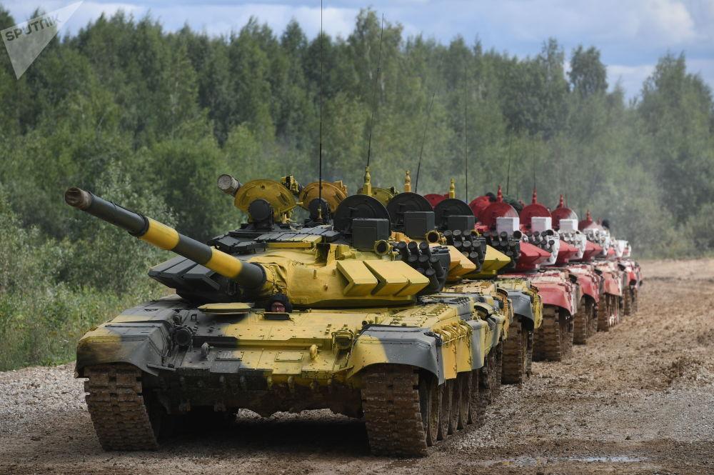 Колонна танков Т-72Б3 во время подготовки к международным соревнованиям Танковый биатлон-2019 на подмосковном полигоне Алабино.