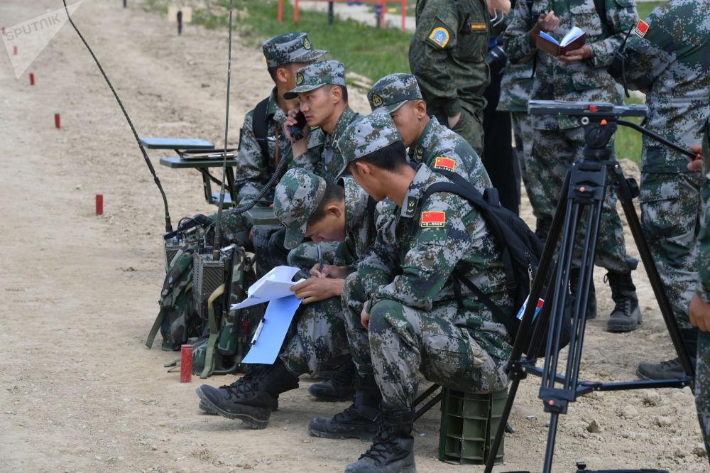 Военнослужащие команды армии Китая во время пристрелки по мишеням из танков перед началом международных соревнований Танковый биатлон-2019 на подмосковном полигоне Алабино.