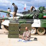 Военнослужащий у танка Т-72Б3 команды армии Ирана во время подготовки к международным соревнованиям Танковый биатлон-2019 на подмосковном полигоне Алабино.
