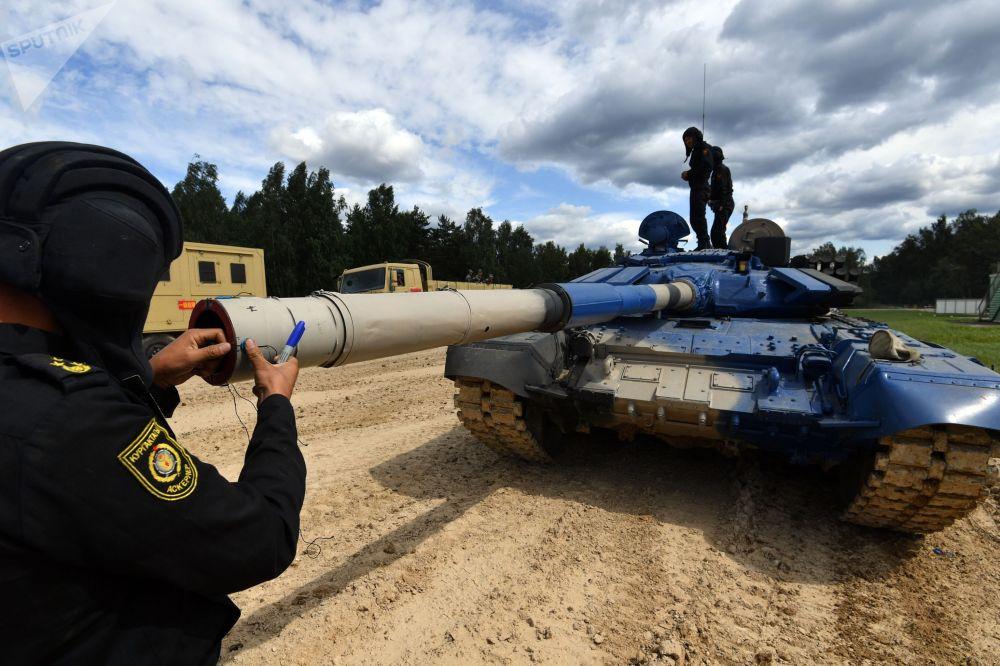 Танк Т-72Б3 команды Кыргызстана во время подготовки к танковому биатлону в рамках АрМИ–2019 на подмосковном полигоне Алабино
