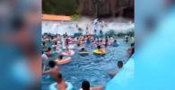 В аквапарке Yujing Shuiyun города Лунцзин в Китае купающихся смыло огромной искусственной волной.