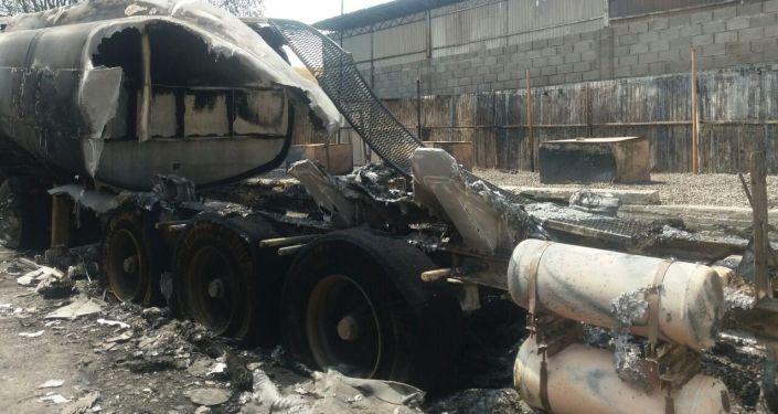 Последствия пожара на автозаправочной станции Red Petroleum в айыльном округе Толойкон (село Учар Кара-Сууйского района) Ошской области