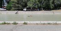 В Бишкеке автомобиль упал в Большой Чуйский канал на улице Осмонкула