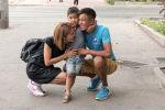 Кыргызстанец Мирлан Ишенов с супругой Касиет Унжурбаевой и с сыном страдающим аутизмом