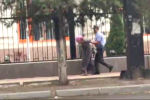 В Бишкеке милиционер скрутил руки пожилой женщине. Инцидент произошел на пересечении проспектов Чуй и Манаса возле здания представительства ООН в Кыргызстане.