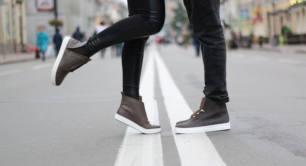 Пара стоит в центре дороги. Архивное фото