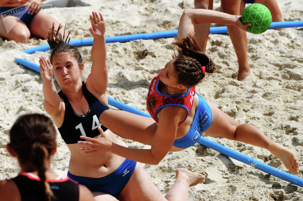 Игроки команд Волгоград-1 и Сталинград во время матча этапа Евротура по пляжному гандболу среди женщин