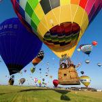 Более 400 воздушных шаров поднимаются в небо с авиабазы Шамбле-Бюссьер (Франция)