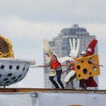 Участники ежегодного чемпионата по полетам на самодельных конструкциях Red Bull Flugtag в Москве