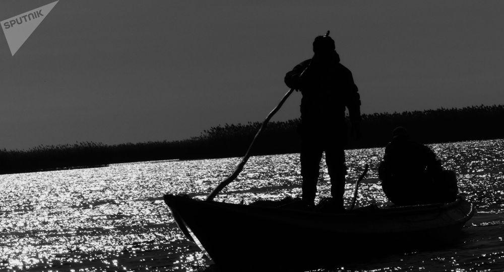 Рыбак во время рыбалки. Архивное фото