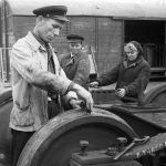 Темир жол кызматкери дөңгөлөктөрдүн жешилип-жешилбегенин текшерип жүрөт. 1951-жыл