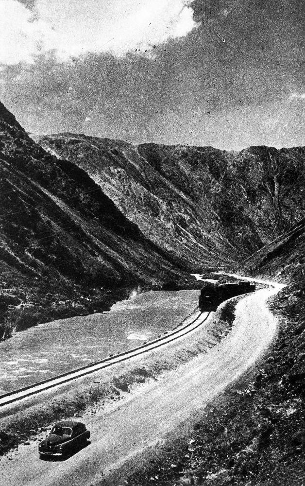 Боом капчыгайында автомобиль поездден озуп баратат. 1957-жыл