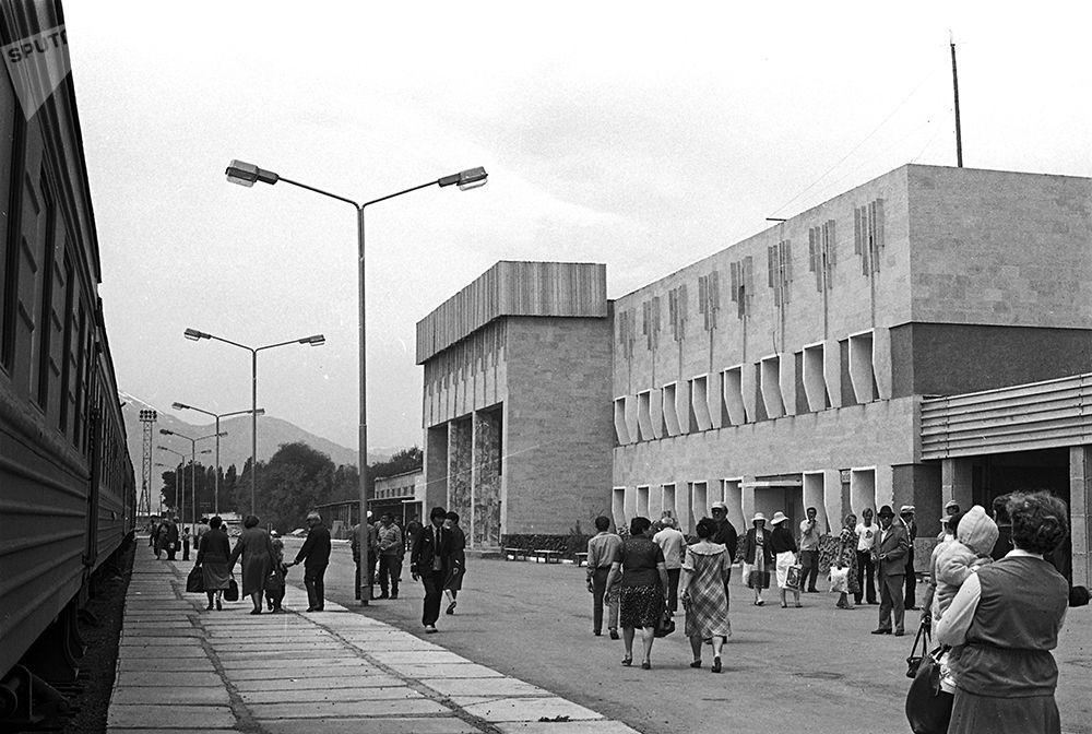 Балыкчыдагы жаңы темир жолдун көрүнүшү. 1987-жыл