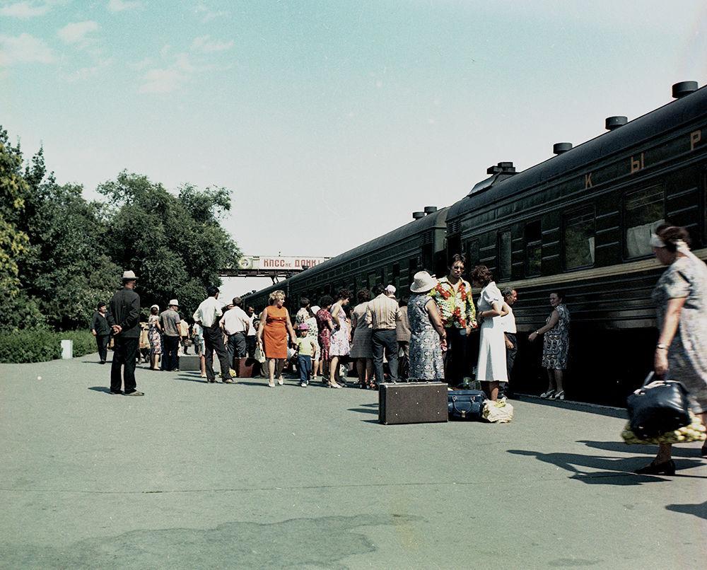 Станциядан жүргүнчү поездинин жөнөтүлүшү. 1978-жыл