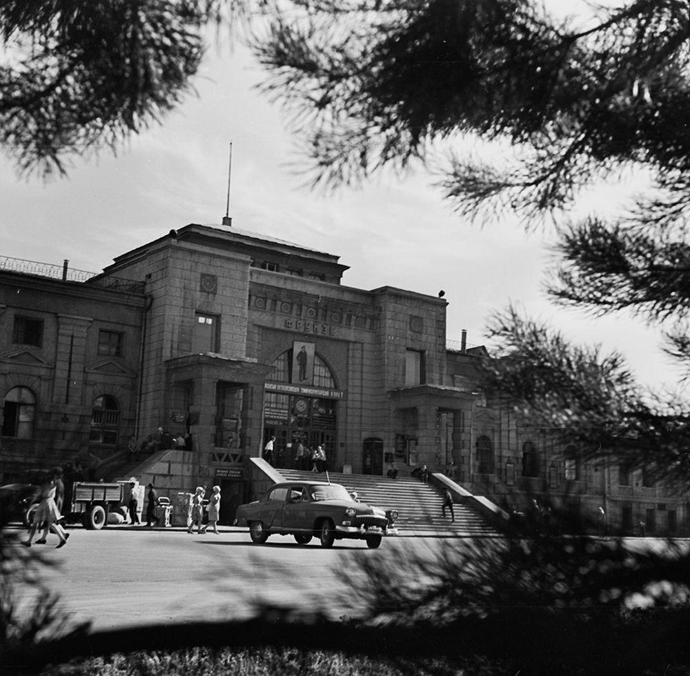 Темир жол вокзалынын имаратынын тышкы көрүнүшү. 1976-жыл