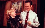 Одиннадцатилетний актер Маколей Калкин и комик Saturday Night Live Роб Шнайдер указывают друг на друга и смеются во время репетиции перед шоу в Нью-Йорке. Архивное фото