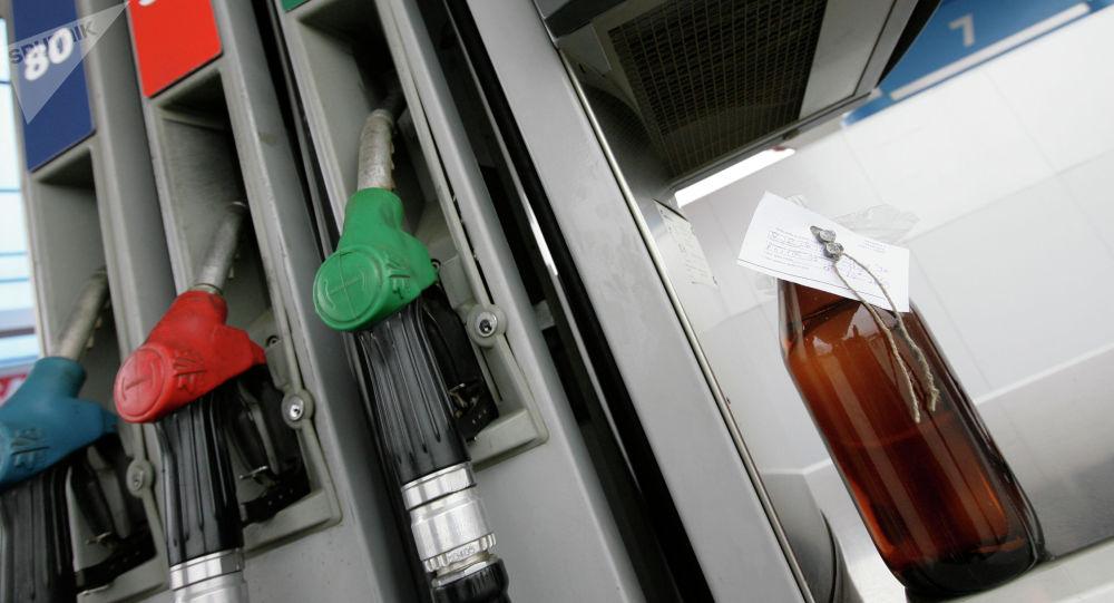 Бензин текшерүү. Архивдик сүрөт