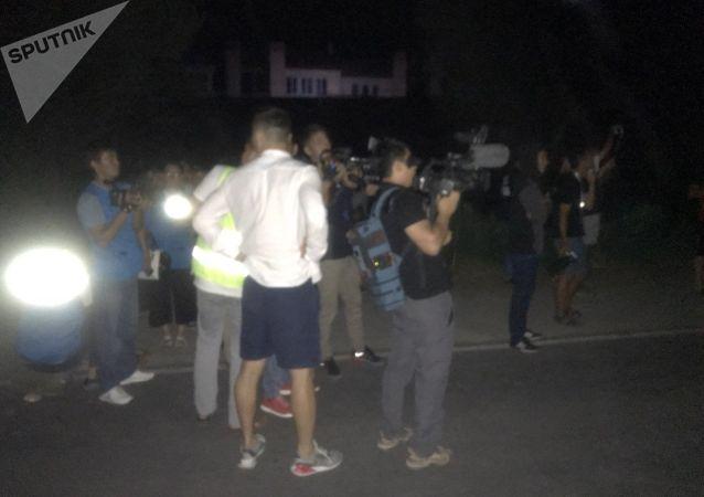 Журналисты около дома бывшего президента КР Алмазбека Атамбаева в селе Кой-Таш где идет штурм
