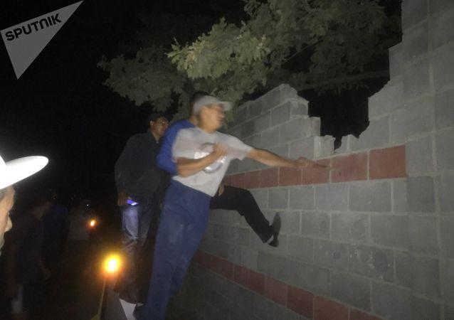 Местные ломают забор