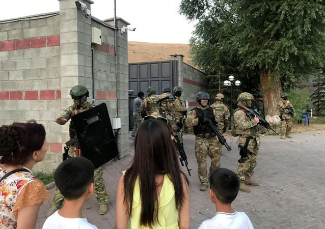 Отряд спецназ во время штурма дома Алмазбека Атамбаева в селе Кой-Таш