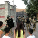 Алмазбек Атамбаевди Кой-Таштагы үйүн басып келген атайын даярдыктагы жоокерлер
