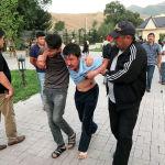 Раненые после штурма дома Алмазбека Атамбаева в селе Кой-Таш