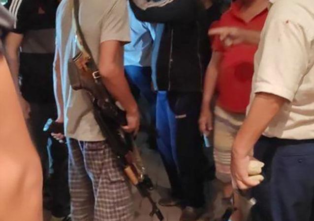 Люди с оружиями возле дома Алмазбека Атамбаева в селе Кой-Таш