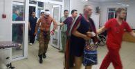 Сотрудники БНИЦТиО помогают раненым после штурма дома Алмазбека Атамбаева в селе Кой-Таш. Архивное фото