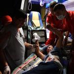 Пострадавший в машине скорой помощи в селе Кой-Таш во время спецоперации сотрудниками спецслужб Кыргызстана по задержанию экс-лидера Алмазбека Атамбаева. 7 августа 2019 года
