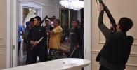 Сторонники бывшего президента Кыргызстана Алмазбека Атамбаева охраняют его дом, поскольку сотрудники спецназа Кыргызстана проводят спецоперацию по задержанию экс-лидера Атамбаева в селе Кой-Таш под столицей Бишкек 7 августа 2019 года.