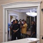 Мурдагы президенттин Кой-Таштагы үйүнүн ичи. Колуна курал алган кишилер.