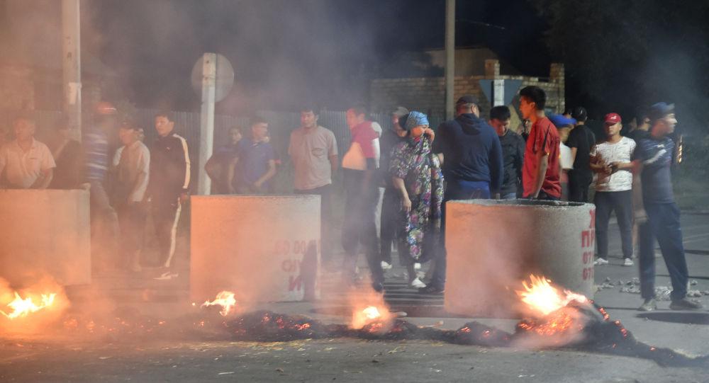 Алмазбек Атамбаев тарапчылары. Архивдик сүрөт