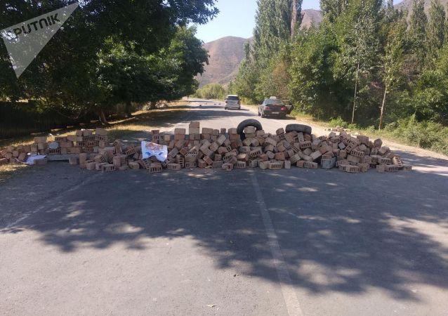 Ситуация вокруг дома Алмазбека Атамбаева в селе Кой-Таш после попытки задержания бывшего президента