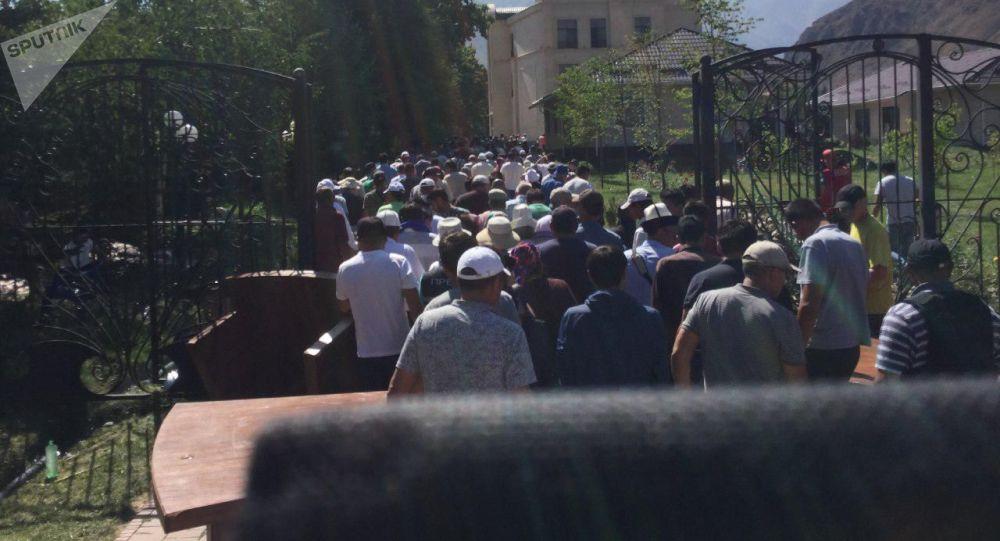 Ситуация вокруг дома Алмазбека Атамбаева в селе Кой-Таш после попытки задержания бывшего президента. Архивное фото