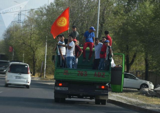 Сторонники бывшего президента Алмазбека Атамбаева из села Кой-Таш направляются в город Бишкеке