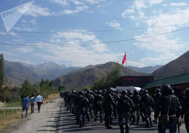 Милицейский кордон направляется в сторону села Кой-Таш для задержания Алмазбека Атамбаева