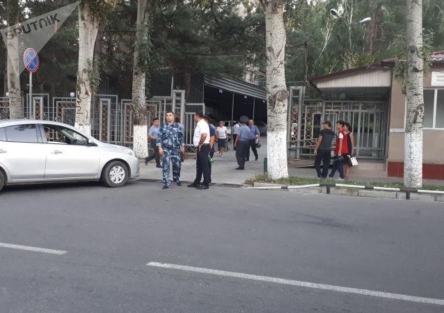 Сотрудники милиции у здания МВД КР