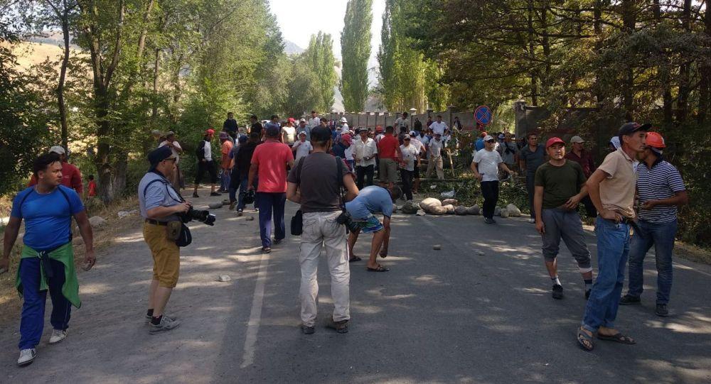 Сторонники бывшего президента Алмазбека Атамбаева направляются из села Кой-Таш в Бишкек