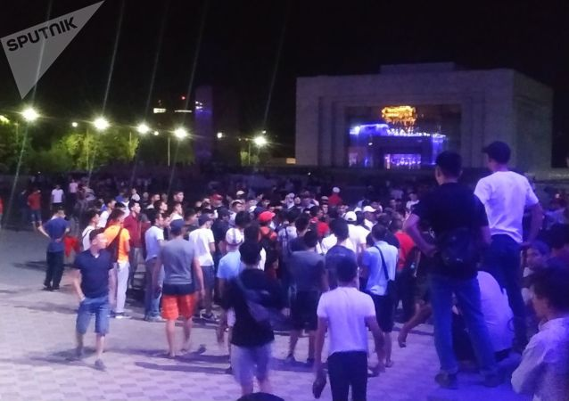 Сторонники бывшего президента Кыргызстана Алмазбека Атамбаева перекрыли площадь Ала-Тоо