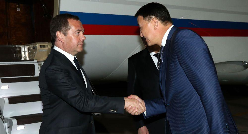 Россия өкмөтүнүн төрагасы Дмитрий Медведев Евразия өкмөттөр аралык кеңешинин мааракелик жыйынына катышуу үчүн Кыргызстанга иш сапары менен келди.