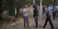Сотрудники правоохранительных органов в селе Кой-Таш во время спецоперации по задержанию бывшего президента КР Алмазбека Атамбаева