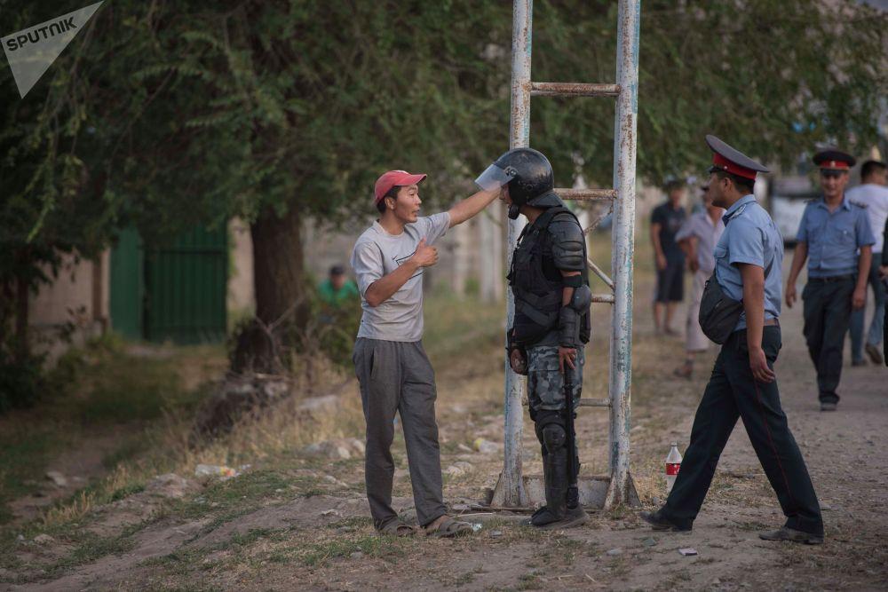 Анда Атамбаевдин жактоочуларынын саны 400гө чамалаган.