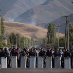 Сотрудники правоохранительных органов в селе Кой-Таш во время спецопрации по задержанию бывшего президента КР Алмазбека Атамбаева