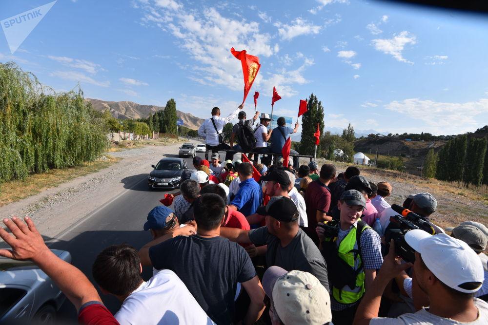 Сторонники бывшего президента КР Алмазбека Атамбаев в селе Кой-Таш во время спецоперации по его задержанию