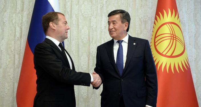 Президент КР Сооронбай Жээнбеков встретился с Премьер-министром РФ Дмитрием Медведевым в городе Чолпон-Ата