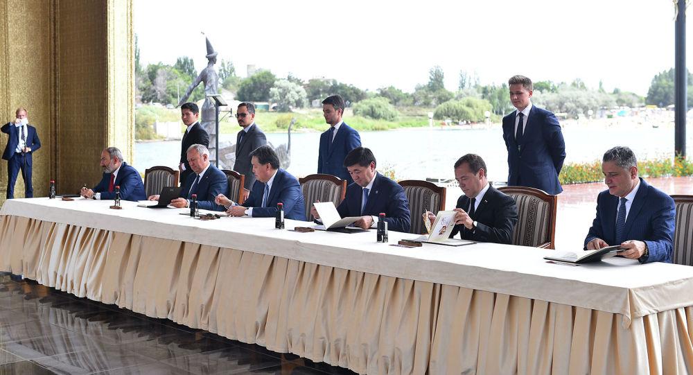 Премьер-министры стран ЕАЭС во время подписания документов в рамках заседания Евразийского межправительственного совета в Чолпон-Ате