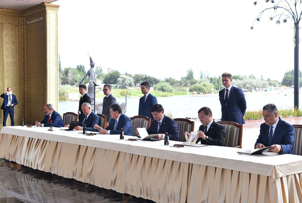 По итогам заседания было подписано 12 документов.
